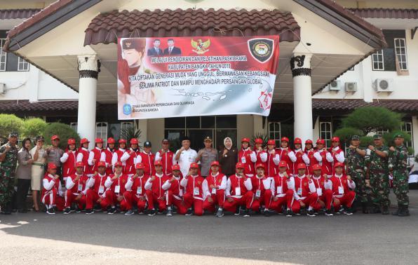 Foto bersama siswa siswi terbaik paskibraka dengan Sekretaris Daerah Kabupaten Bangka